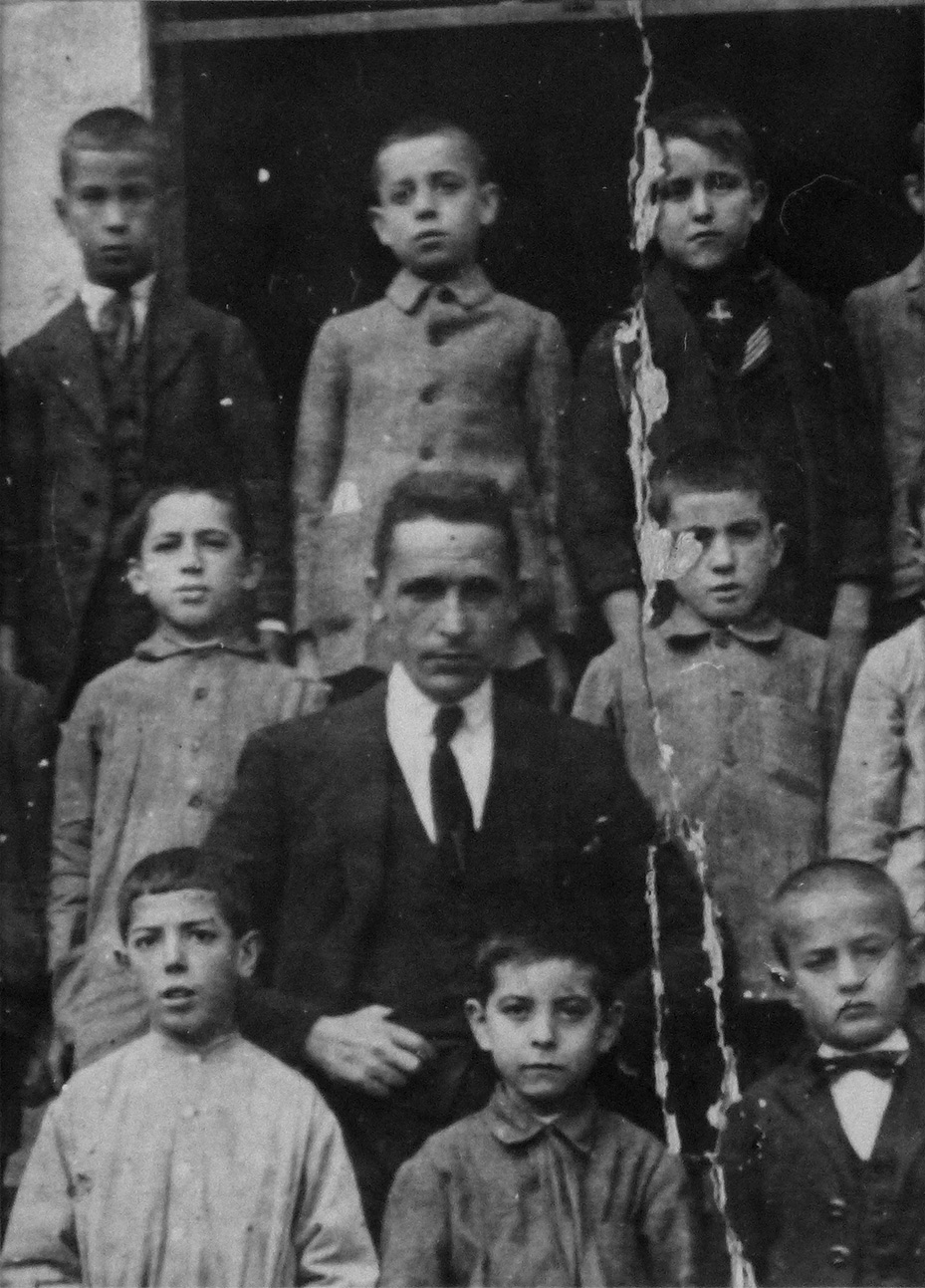 MIGUEL HERNÁNDEZ JUNTO A SUS COMPAÑEROS Y MAESTRO EN LAS ESCUELAS DE AVE MARÍA